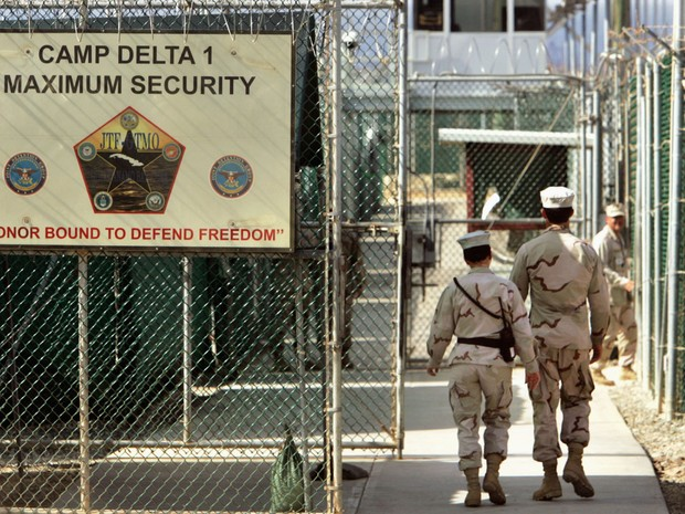 Guardas são vistos no Camp Delta, em Guantánamo, em foto de 27 de junho de 2006 (Foto: AP Photo/Brennan Linsley, File)