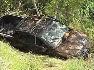 Carro após o acidente na rodovia (Foto: Reprodução / TV Integração)