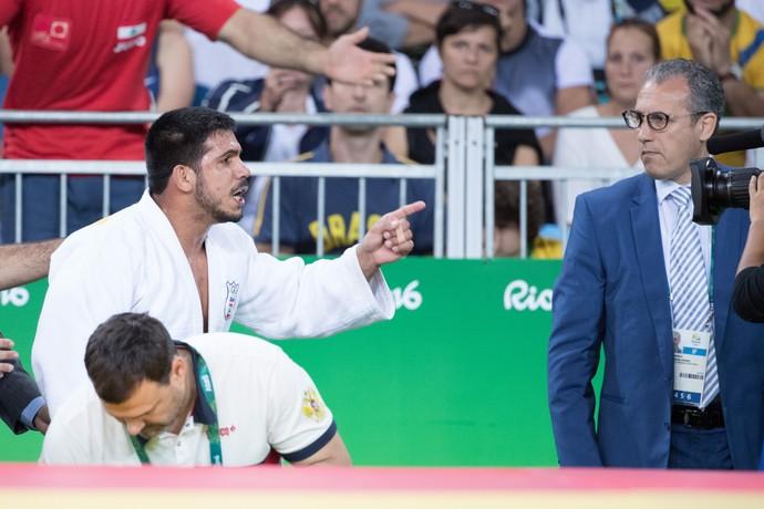 Nacif Elias, atleta do judô, reclama da arbitragem (Foto: Danilo Verpa/ Folha S.Paulo/ NOPP)