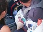 PM ajuda mãe que desmaiou depois de dar à luz em banheiro