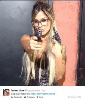 Vanessa posa com armas (Foto: Reprodução/Twitter)
