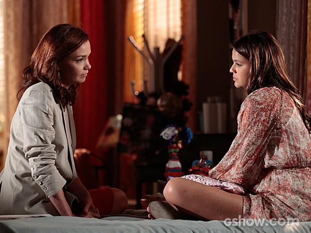 Luiza mostra para a mãe que Laerte pode ter sido o responsável (Foto: Felipe Monteiro / TV Globo)