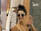 Aline Riscado vai a shopping no Rio e dá tchauzinho para paparazzo