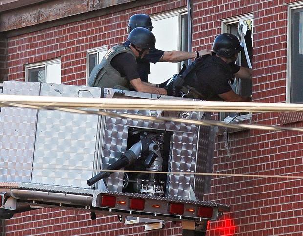 "Polícia encontra ""armadilha"" de explosivos na casa de atirador (Foto: AP Photo/Ed Andrieski)"