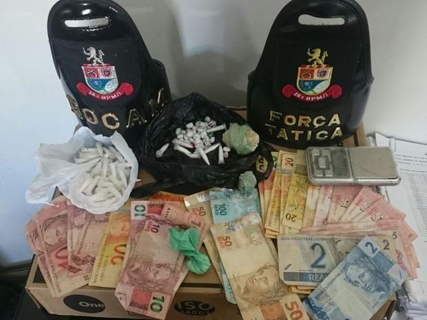 Policia encontrou dinheiro e várias porções de cocaína com suspeitos (Foto: Divulgação / Polícia Militar)