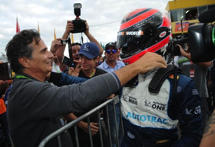 Pedro Piquet comemora vitória em Santa Cruz do Sul com abraço no pai, o tricampeão Nelson (Foto: Duda Bairros / Divulgação)