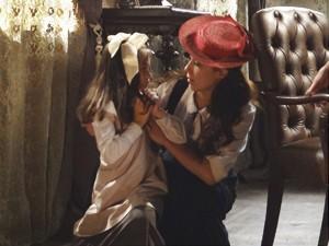 Laura acode Melissa (Foto: Lado a Lado/TV Globo)