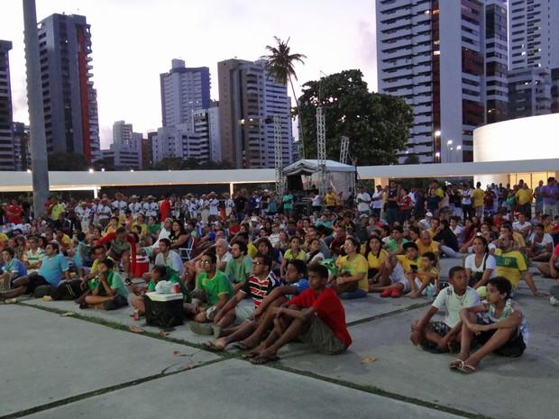 Famílias se reuniram para assistir ao jogo no Parque Dona Lindu. (Foto: Katherine Coutinho/G1)