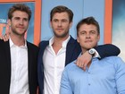 Chris Hemsworth posa com os irmãos em tapete vermelho