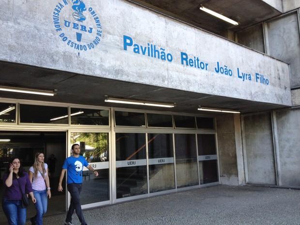 Candidatos deixam o campus Maracanã da Uerj ao fim do segundo exame de qualificação da instituição neste domingo (8) (Foto: Gabriel Barreira/G1)
