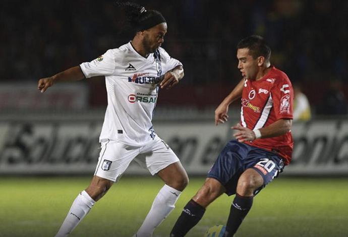 Ronaldinho em ação pelo Querétaro em 2015 (Foto: Divulgação)