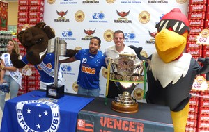 Exposição das taças Flamengo e Cruzeiro (Foto: Thiago Benevenutte)