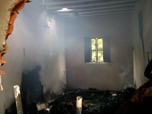 Parte da casa foi totalmente queimada pelas chamas (Foto: Corpo de Bombeiros de MG/Divulgação)