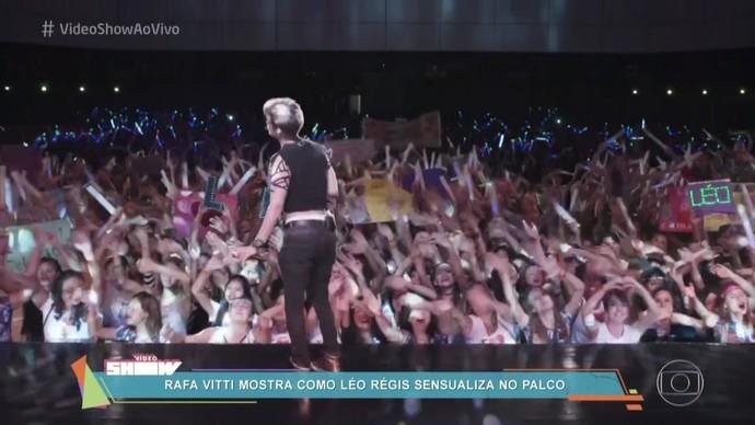 Léo Régis rebola no palco em Rock Story (Foto: TV Globo)