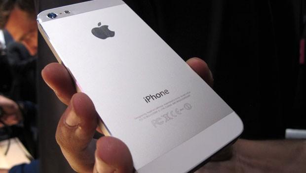 A parte traseira do iPhone 5 é feita de alumínio (Foto: Laura Brentano/G1)