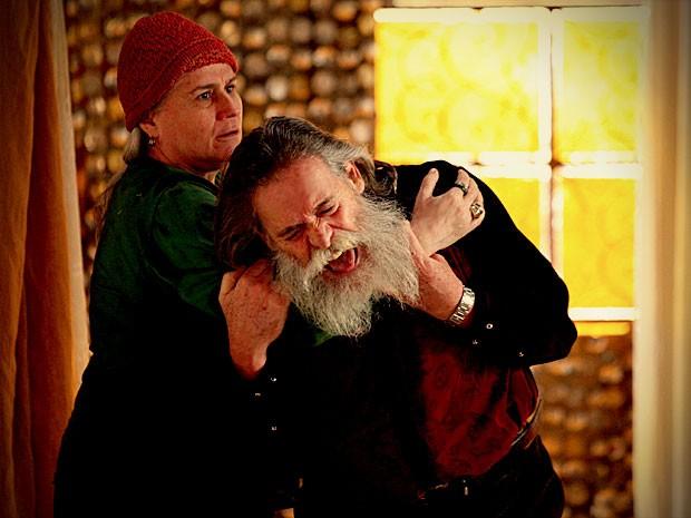 Nilo eLucinda acabam brigando (Foto: Avenida Brasil / TV Globo)