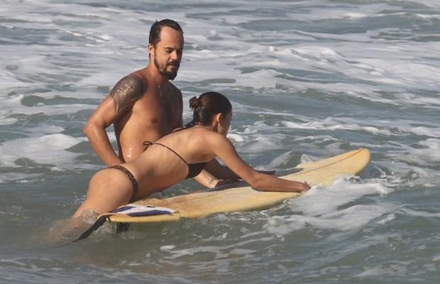 Sophie aprendeu a surfar com Paulinho VIlhena.. (Foto: Ag News)