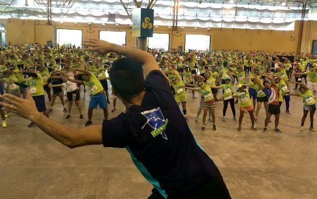 Momentos antes de correr, competidores fazem aquecimento (Foto: Katiúscia Monteiro/ Rede Amazônica)
