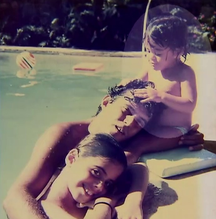 Carol Castro brinca na piscina (Foto: TV Globo)