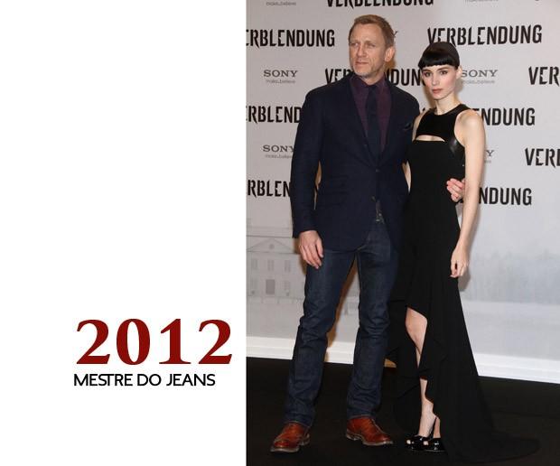"""Continuando a se afastar um pouco de seu tradicional visual inspirado em Bond, Craig vai vinho em outra pré-estreia de """"Millennium - Os Homens que Não Amavam as Mulheres"""", virando mestre em misturar o jeans uma década depois de nossa primeira foto (Foto: GQ)"""