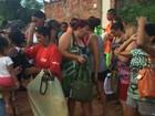 Voluntários arrecadam 800 bolsas e doam para mulheres de baixa renda