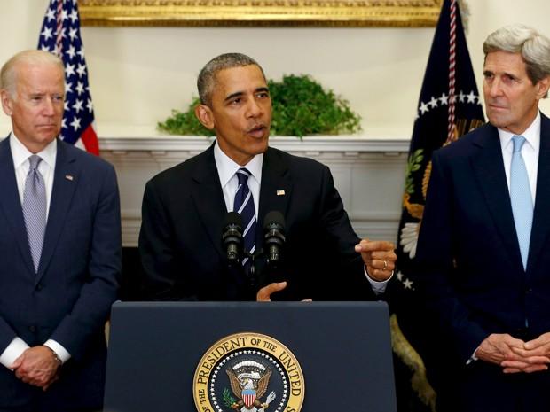 Ao lado do vice-presidente Joe Biden (esquerda) e do secretário de Estado John Kerry, Barack Obama anuncia a rejeição ao projeto do oleoduto Keystone XL entre Canadá e Estados Unidos, na Casa Branca, na sexta (6) (Foto: Reuters/Jonathan Ernst)