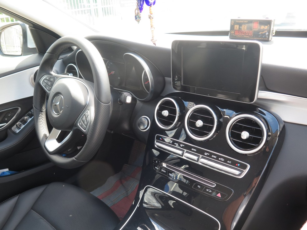 Taxista garante que Mercedes é rentável para serviço de táxi (Foto: Orion Pires/G1)