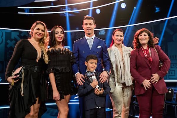 O jogador de futebol Cristiano Ronaldo com sua namorada, a modelo espanhola Georgina Rodriguez, e a família (Foto: Getty Images)