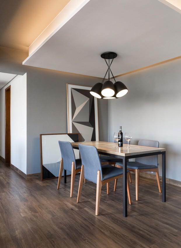 sala-de-jantar-integrada-mesa-cadeiras-lustre-projeto-bibiana-menegaz (Foto: Marcelo Donadussi/Divulgação)