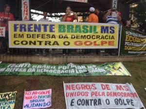 Vários cartazes com mensagens de apoio a Dilma e contra Cunha (Foto: Graziela Rezende/G1 MS)