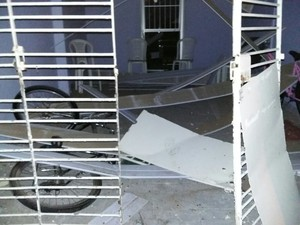 Casas foram danificadas com a explosão do muro no Complexo do Curado (Foto: Divulgação)