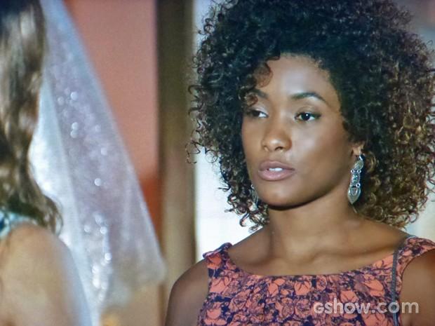 Alice tenta ajudar a amiga diante de dilema amoroso (Foto: Em Família/ TV Globo)