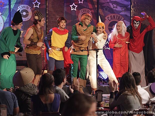 Pura animão, os amigos sobem no palco e cantam com o futuro noivo (Foto: Sangue Bom/TV Globo)