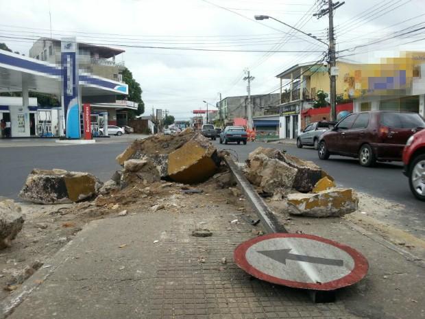 Carro atingiu canteiro central de avenida, em Manaus (Foto: Girlene Medeiros/G1 AM)