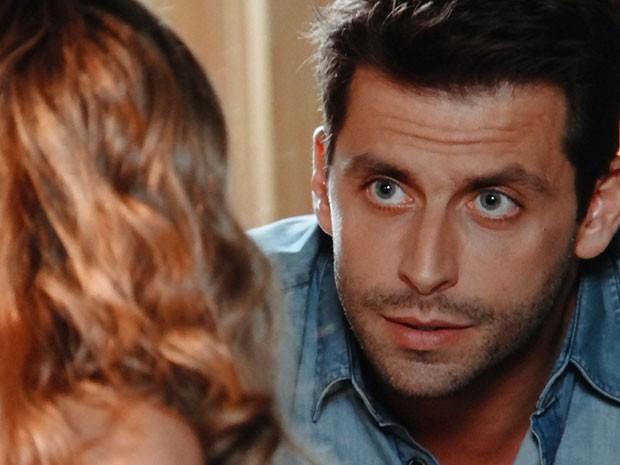 Cassiano conta a Ester sobre investigação contra Alberto (Foto: Flor do Caribe / TV Globo)