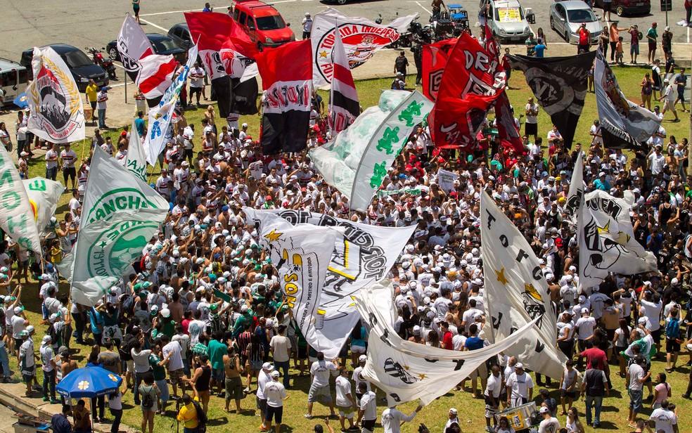 Torcedores de organizadas de Palmeiras, São Paulo, Corinthians e Santos se unem em ato de apoio à Chapecoense (Foto: Marcelo Gonçalves/Sigmapress/Estadão Conteúdo)