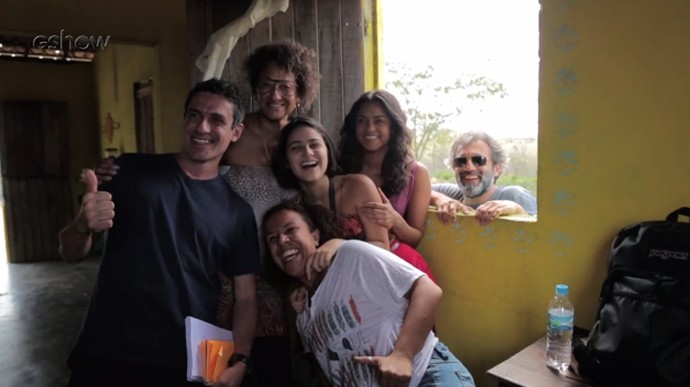 Elenco, equipe e direção sorriem ao lado de Domingos (Foto: Gshow)