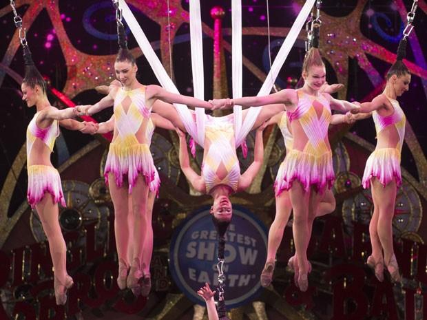 A acrobata norte-americana Samantha Pitard (segunda da direita para a esquerda) em uma das apresentações do número  (Foto: Divulgação/Feld Entertainment)
