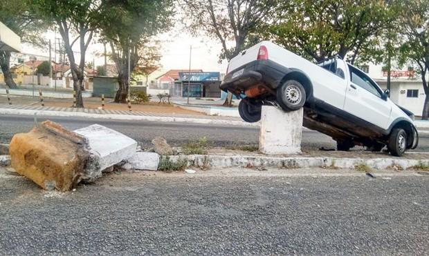 Ninguém sabe como o carro foi parar sobre o pilar (Foto: PM/Divulgação)