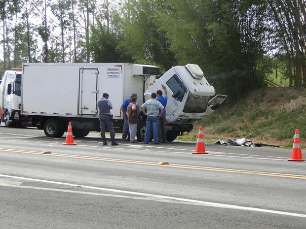 Caminhão atingiu veículo no trevo de acesso da cidade (Foto: Evandro Redondo)