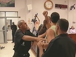 Seguranças retiraram manifestante de dentro da Câmara (Foto: Reprodução/TV TEM)
