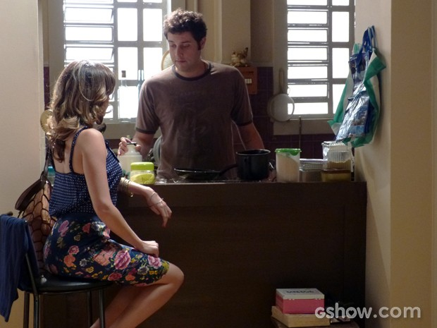 Omar sugere que Luciana invista em Fábio para afugentar o rapaz (Foto: Malhação / TV Globo)