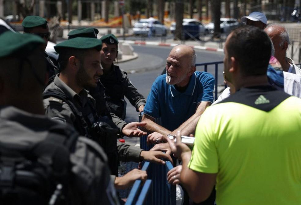 Policial faz segurança perto da Porta de Damasco, que dá acesso da Cidade Velha de Jerusalém (Foto: Ahmad Gharabli / AFP)