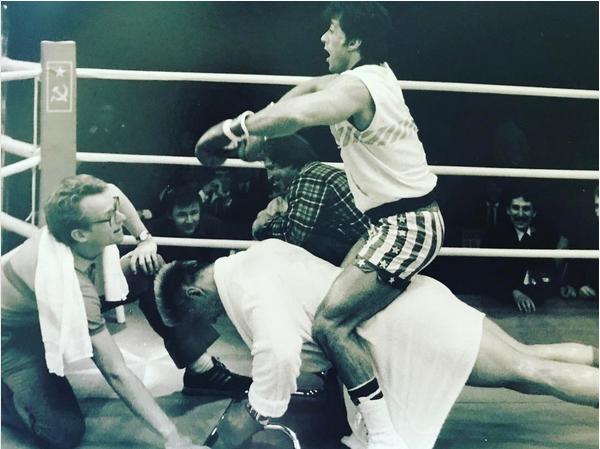 Sylvester Stallone brincando com Dolph Lundgren no set de Rocky IV (1985) (Foto: Instagram)