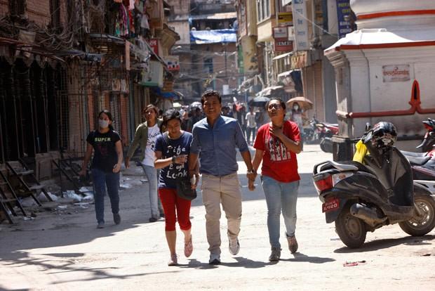 Nepaleses correm para áreas mais seguras em Katmandu após novo terremoto atingir o país nesta terça-feira (Foto: Bikram Rai/AP)