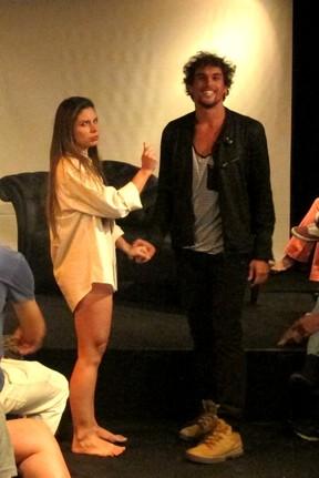 Felipe Roque em cena na estreia do espetáculo Crônicas do amor mal amado, no Rio (Foto: Thiago Ramalho/Divulgação)