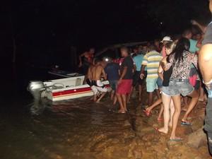 O corpo do empresário foi retirado da água por populares (Foto: Gleison Fernandes/Portal Cidade Luz)