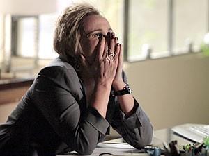Laura fica arrasada com a discussão (Foto: Amor Eterno Amor/TV Globo)