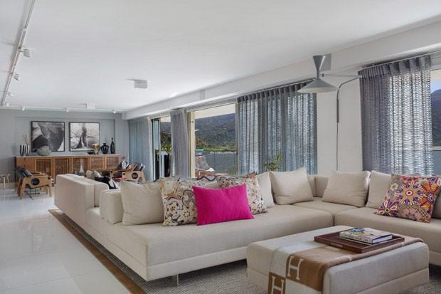 Um apartamento de braços abertos para a paisagem carioca (Foto: Juliano Colodeti/ MCA Estudio)