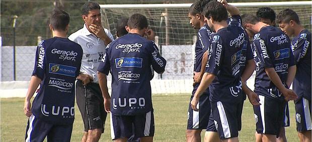 Catanoce conversa com jogadores do Comercial antes do clássico Come-Fogo (Foto: Antonio Luiz / EPTV)